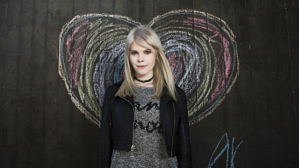 """Sveriges största kvinnliga streamer Emma """"Swebliss"""" Bliss har tiotals miljoner visningar på Twitch och spelar skjutarspel."""