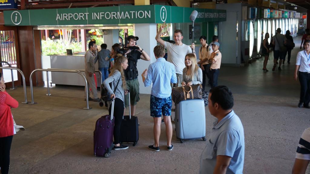 Lisa och Sarah anländer till Kambodja.
