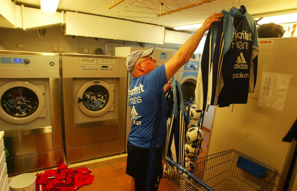 Noggrant hänger han tvätten på galgar...