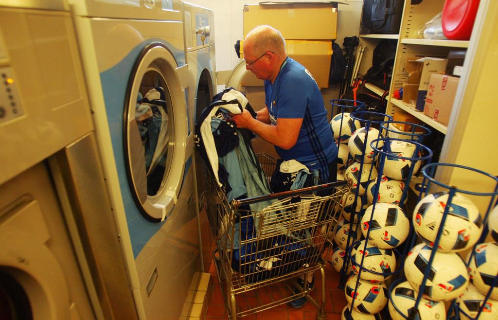 Inge fyller tvättmaskinen – men hemma slipper han ta hand om tvätten.