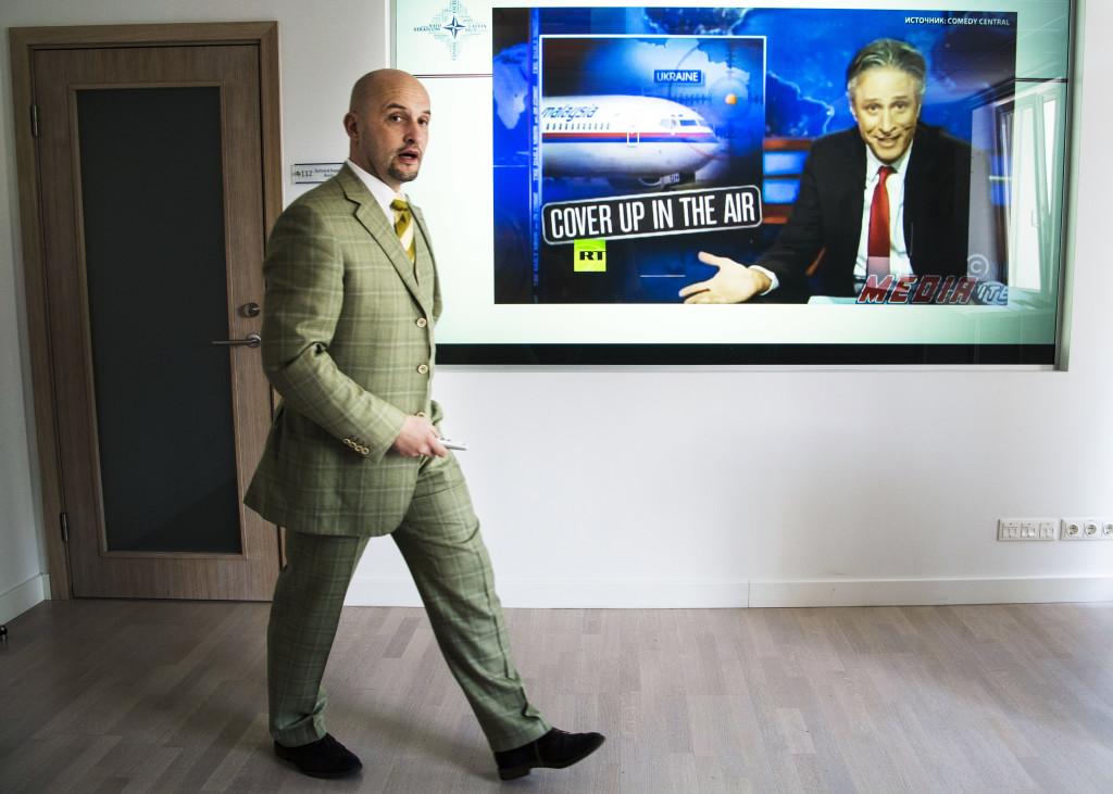 Jānis Sārts, direktör på StratCom, med rysk propaganda på tv-skärmen bakom. Foto: Lotte Fernvall