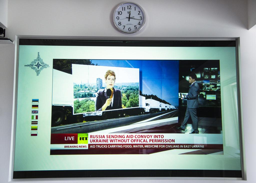 Rysk propaganda från statliga RT.com på tv-skärmen.