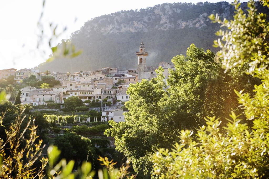 Valldemossa, Det sägas att det var kopositören Frédéric Chopin och feministen och författarinnan Aurore Lucile Dupin som skrev under pseudonym George Sand som öppnade upp Europas ögon för Mallorca och turismen.