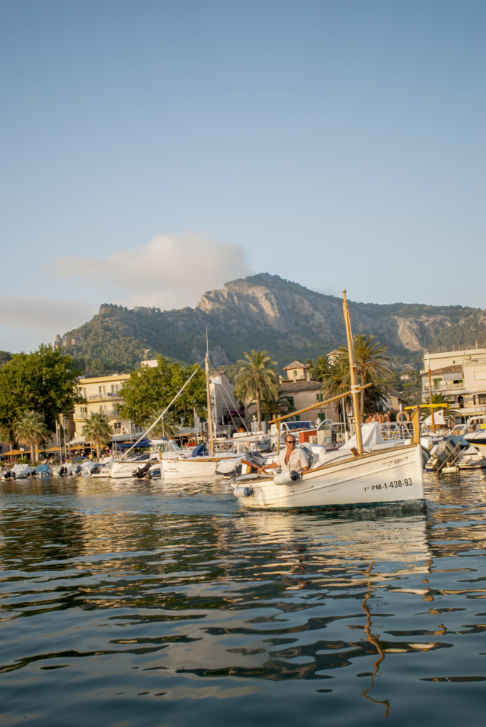 Puerto Soller, traditionella båtar trängs i hamnen.