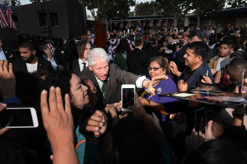 Bill Clinon valtalar för sin fru i Los Angeles. Foto: Urban Andersson
