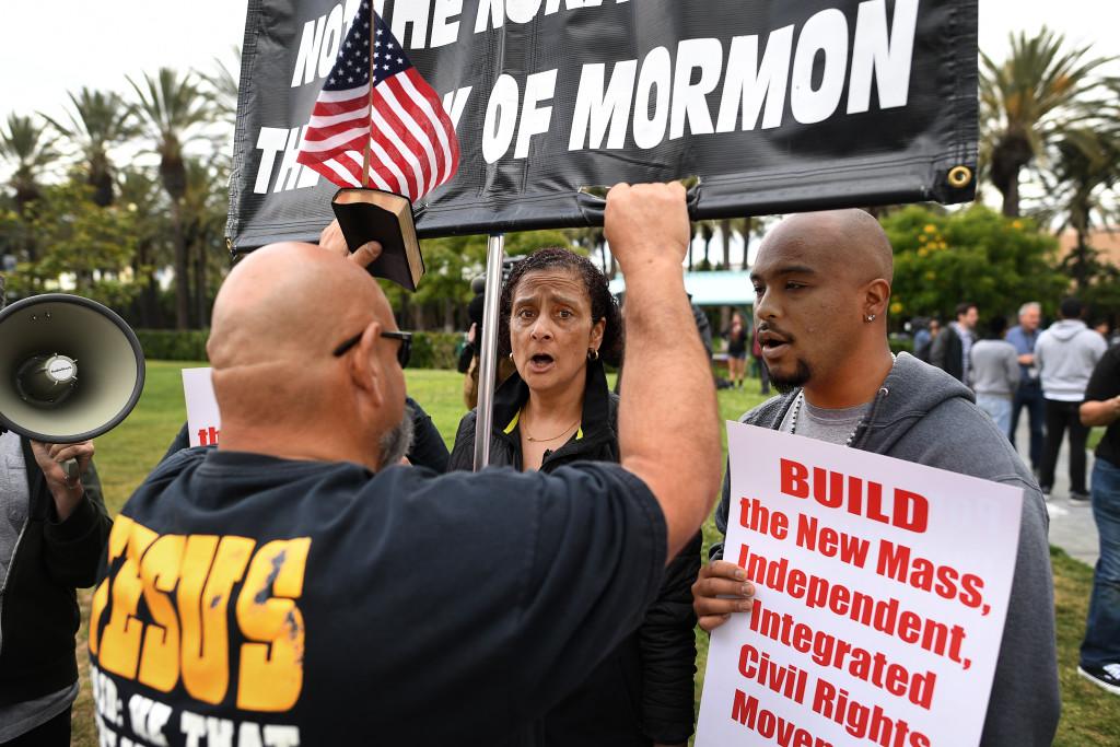 Demonstranter då Donald Trump valtalar i Anaheim, Karlifonien. FOTO: Urban Andersson