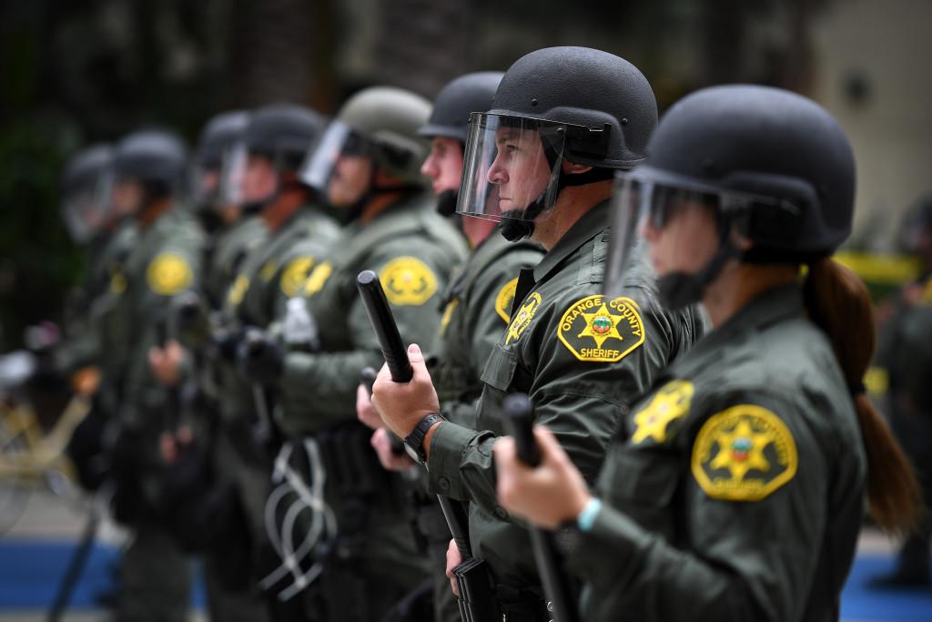 Poliser utanför Trumps valmöte. FOTO: Urban Andersson
