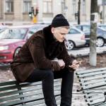 Kort paus på parkbänken. En flash kommer i mobilen. Nu använder Isak Aftonbladet-appen. En unik webbläsare registreras.