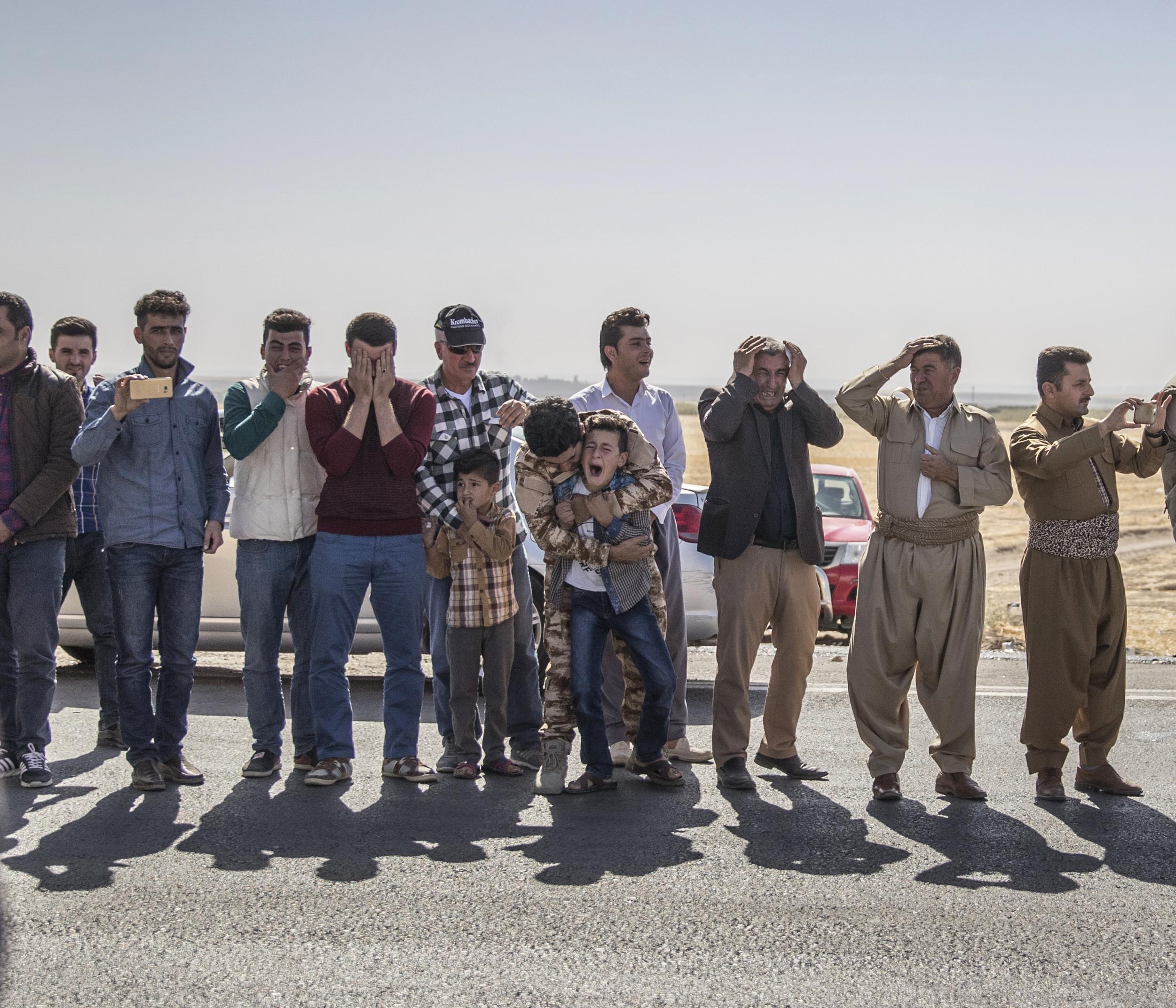 Kriget mot IS Mosul, Irak Oktober 2016. Hundratals människor har samlats längs vägkanten för att hedra fem Peshmerga-soldater som dagen innan dödades av en av IS vägbomber. 11-åriga Lefaw skriker plötsligt och otröstligt när han ser bilden på sin pappa monterad längst fram på ambulansen som passerar. Fram till nu har han bitit ihop, in i det sista hoppats på att hans pappa fortfarande är i livet. Lillebror Shalew gråter tyst i bakgrunden. // Efter två år under IS styre inledde irakiska och kurdiska trupper sin offensiv för att ta tillbaka miljonstaden Mosul, terrorsektens sista fäste i landet. En uppgift som skulle visa sig vara långt svårare än någon föreställt sig.
