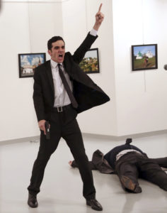 foto : burhan ozbilici : file - in this monday, dec. 19, 2016 file photo mevlut mert altintas shouts after shooting andrei karlov, right, the russian ambassador to turkey, at an art gallery in ankara, turkey. associated press photographer burhan ozbilici won the 2017 world press photo competition monday feb. 13, 2017 for the image. it was part of a series titled an assassination in turkey which also won the spot news - stories category, captured in the moments before and after altintas, an off-duty policeman, drew a handgun and shot karlov at a photo exhibition. (ap photo/burhan ozbilici, file)