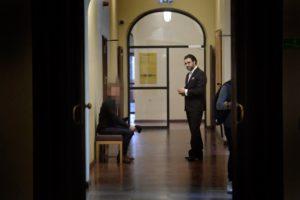 """Stockholms tingsrätt en torsdag i maj. På väg in i rättssalen är en 49-årige skådespelare. Han hotade på twitter att han skulle hoppa på Fredrik Virtanens skalle """"tills den krossas och hjärnsubstansen sprutar"""". Foto: STEFAN MATTSSON"""