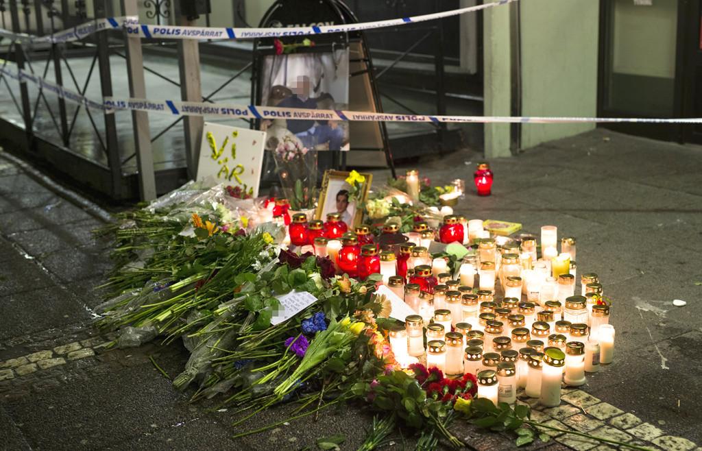 Många sörjande tände ljus och lämnade blommor utanför Vår Krog&Bar.  Foto: THOMAS JOHANSSON