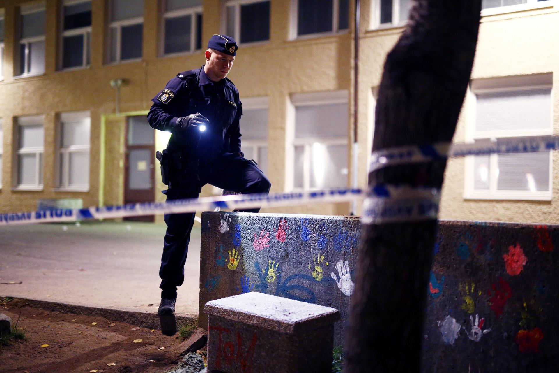 en 26-årig man sköts till döds utanför sjumilaskolan, biskopsgården i göteborg den 30 oktober 2015. polisen på mordplatsen