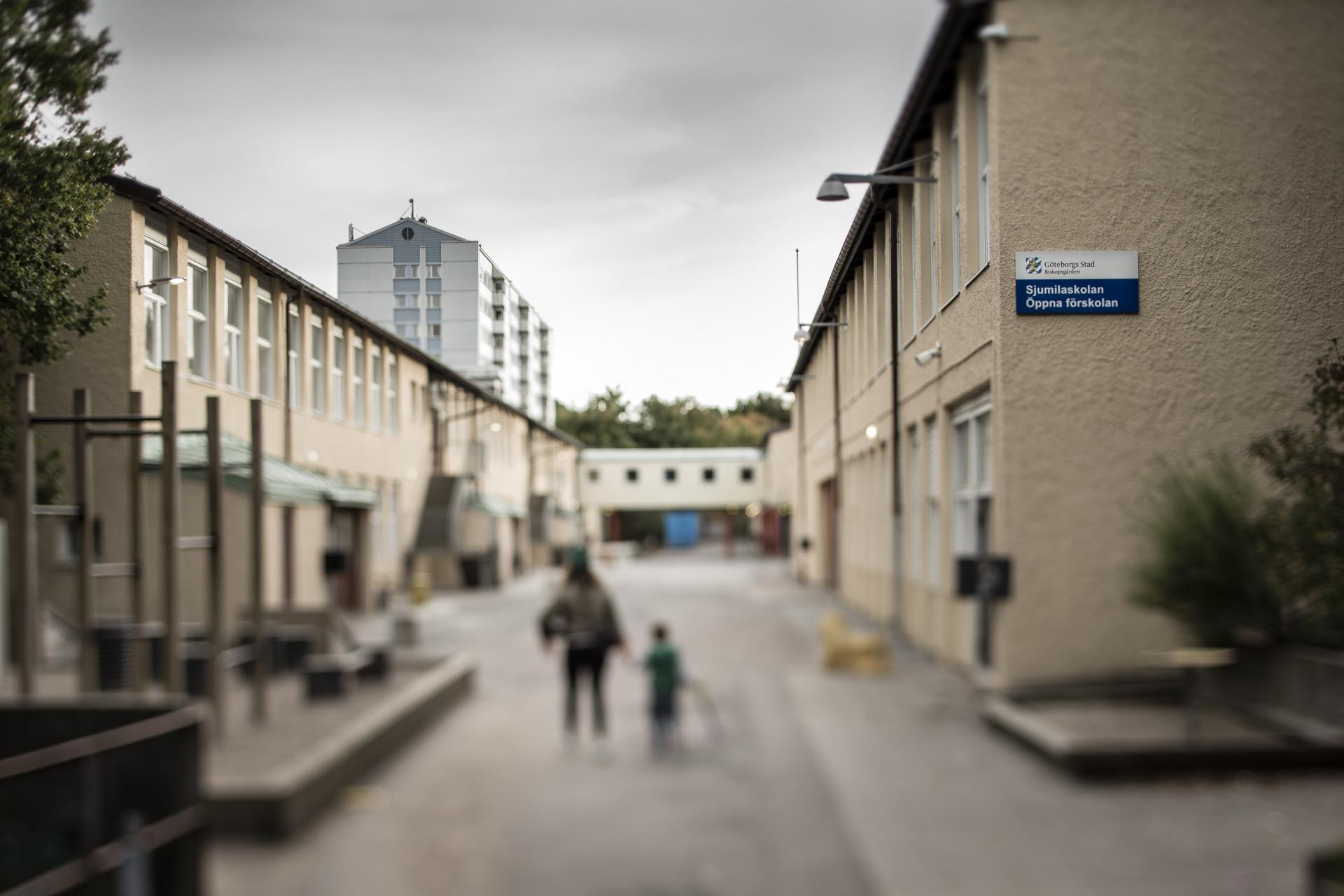 foto : anders deros : dokument om biskopsgŒrden. sjumilaskolan. text: peter kadhammar. foto: anders deros