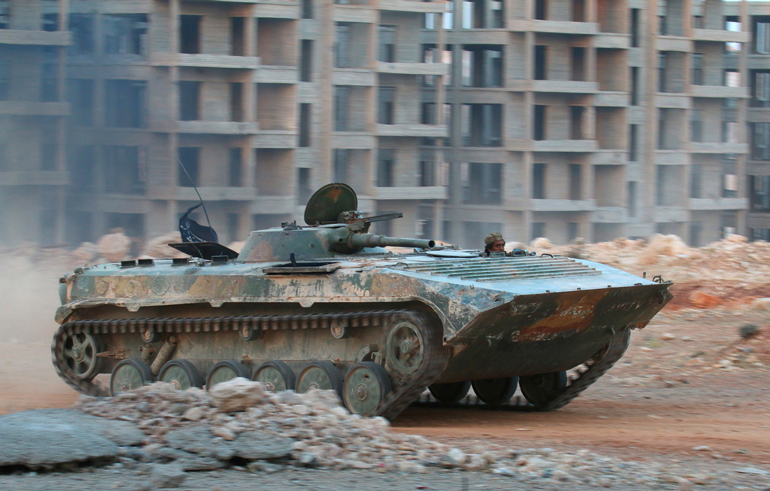 ALEPPO 2016-09-27 A fighter of the Syrian Islamist rebel group Jabhat Fateh al-Sham rides in an armored vehicle in the 1070 Apartment Project area in southwestern Aleppo, Syria August 5, 2016. REUTERS/Ammar Abdullah/File Photo Photo: / REUTERS / TT / kod 72000
