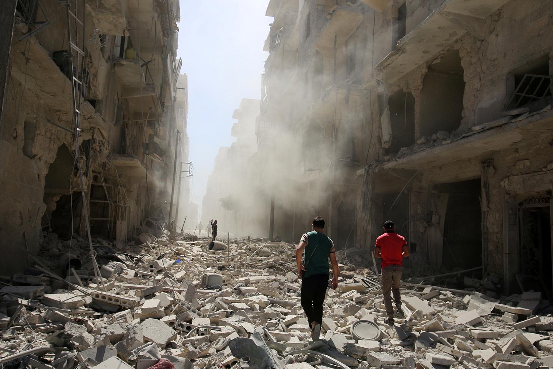 ALEPPO 2016-09-25 Men inspect the damage after an airstrike on the rebel held al-Qaterji neighbourhood of Aleppo, Syria September 25, 2016. REUTERS/Abdalrhman Ismail Photo: / REUTERS / TT / kod 72000
