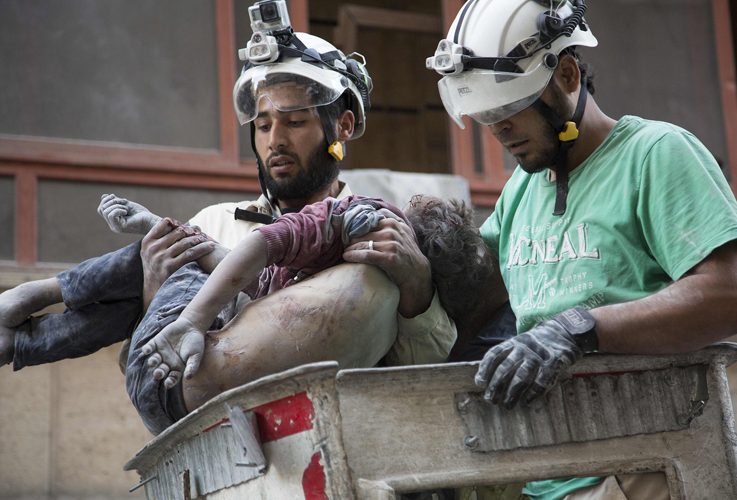 EDITORS NOTE: Graphic content / Syrian rescuers hold the body of a girl after pulling it from rubble of a budling following government forces air strikes in the rebel held neighbourhood of Al-Shaar in Aleppo on September 27, 2016. Syria's army took control of a rebel-held district in central Aleppo, after days of heavy air strikes that have killed dozens and sparked allegations of war crimes. / AFP PHOTO / KARAM AL-MASRI / TT / kod 444