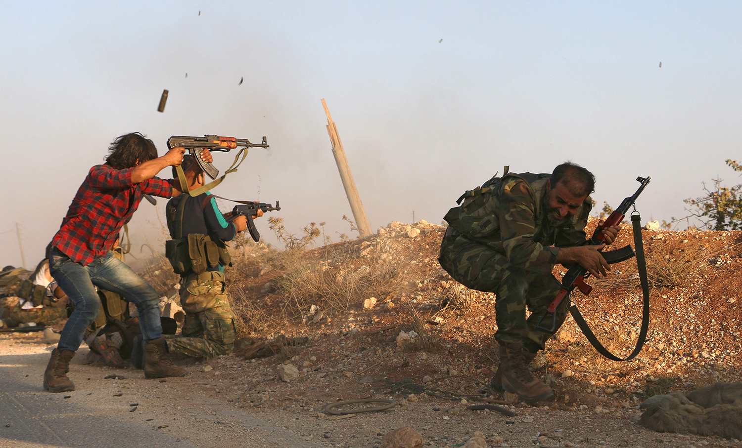 TOPSHOT - Fighters from the Free Syrian Army take part in a battle against the Islamic State (IS) group jihadists in the northern Syrian village of Yahmoul in the Marj Dabiq area north of the embattled city of Aleppo on October 10, 2016. Syria's main opposition group called for foreign allies to supply rebel forces with ground-to-air weapons to counter deadly air raids in Aleppo. / AFP PHOTO / Nazeer al-Khatib / TT / kod 444