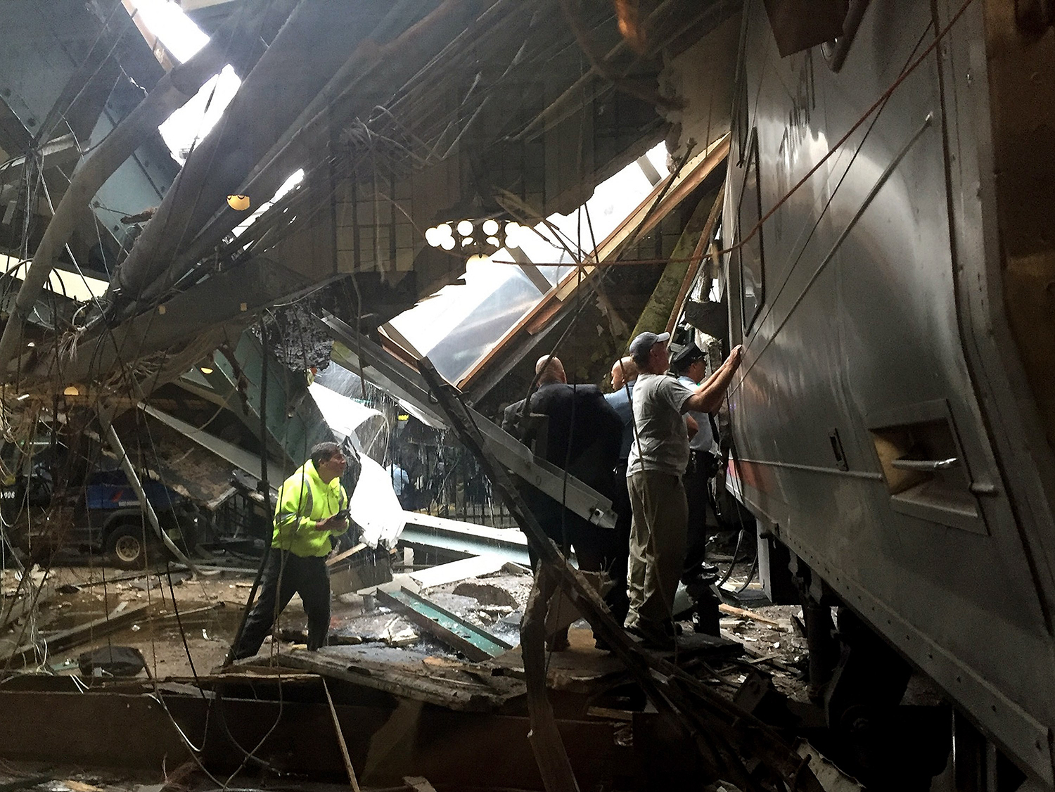 HOBOKEN, NJ - SEPTEMBER 29: Train personel survey the NJ Transit train that crashed in to the platform at the Hoboken Terminal September 29, 2016 in Hoboken, New Jersey. Pancho Bernasconi/Getty Images/AFP == FOR NEWSPAPERS, INTERNET, TELCOS & TELEVISION USE ONLY == / TT / kod 444