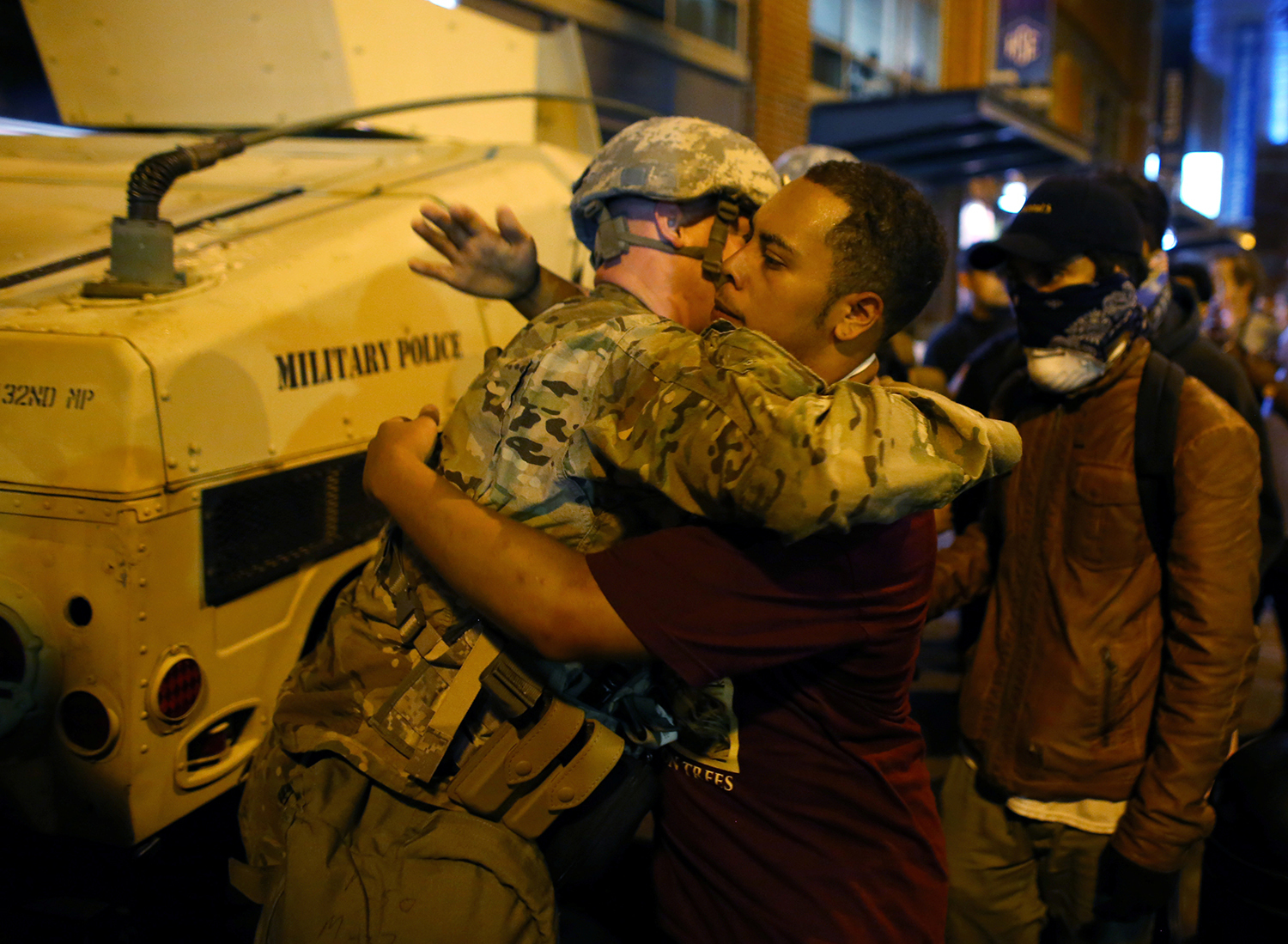 CHARLOTTE 2016-09-23 A U.S. National guard soldier accepts a hug from protester as people march through downtown to protest the police shooting of Keith Scott in Charlotte, North Carolina, U.S., September 22, 2016.     REUTERS/Mike Blake     TPX IMAGES OF THE DAY Photo:  / REUTERS / TT / kod 72000
