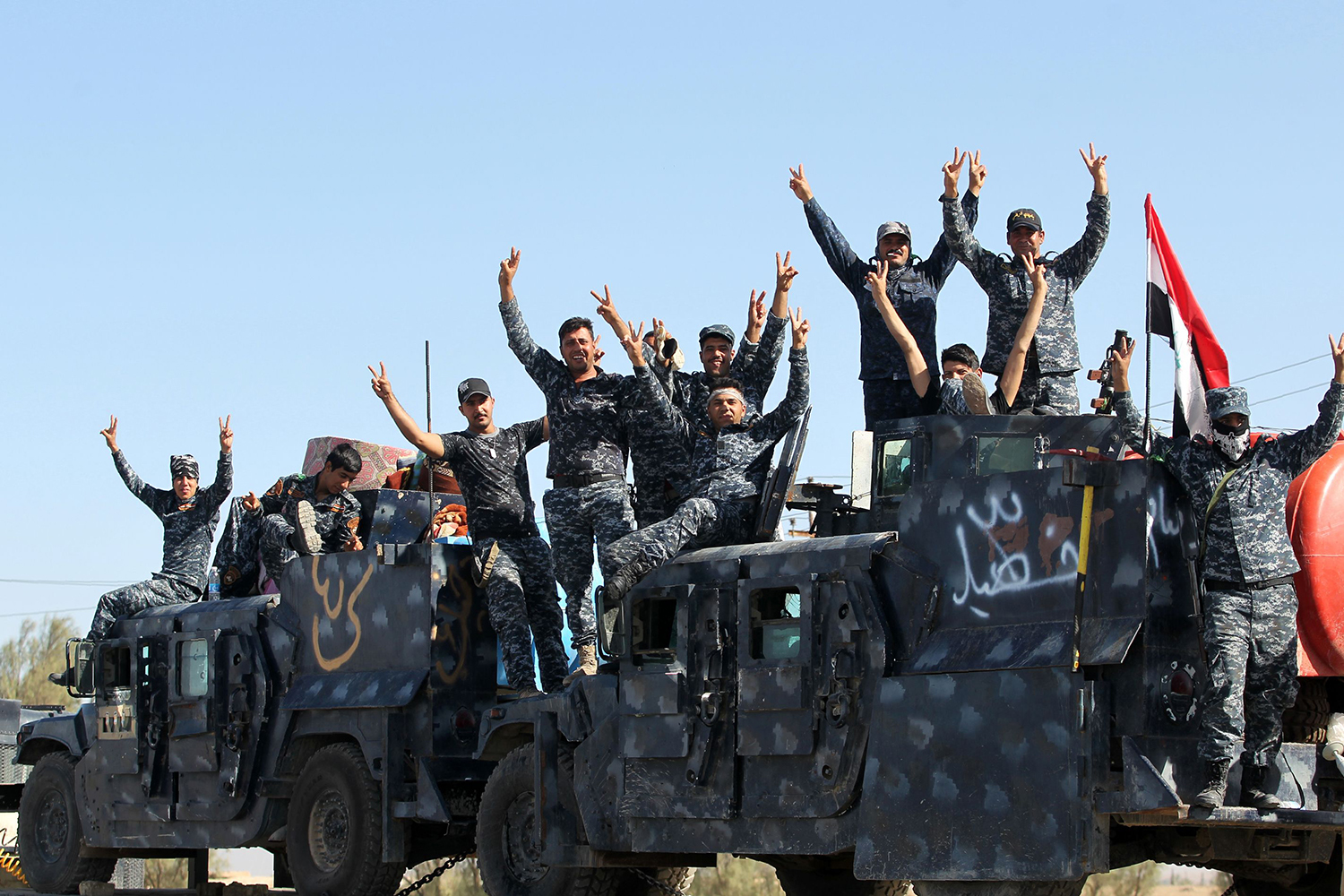 Iraqi forces gesture as they gather at the Qayyarah military base, about 60 kilometres (35 miles) south of Mosul, on October 16, 2016, as they prepare for an offensive to retake Mosul, the last IS-held city in the country, after regaining much of the territory the jihadists seized in 2014 and 2015. / AFP PHOTO / AHMAD AL-RUBAYE / TT / kod 444