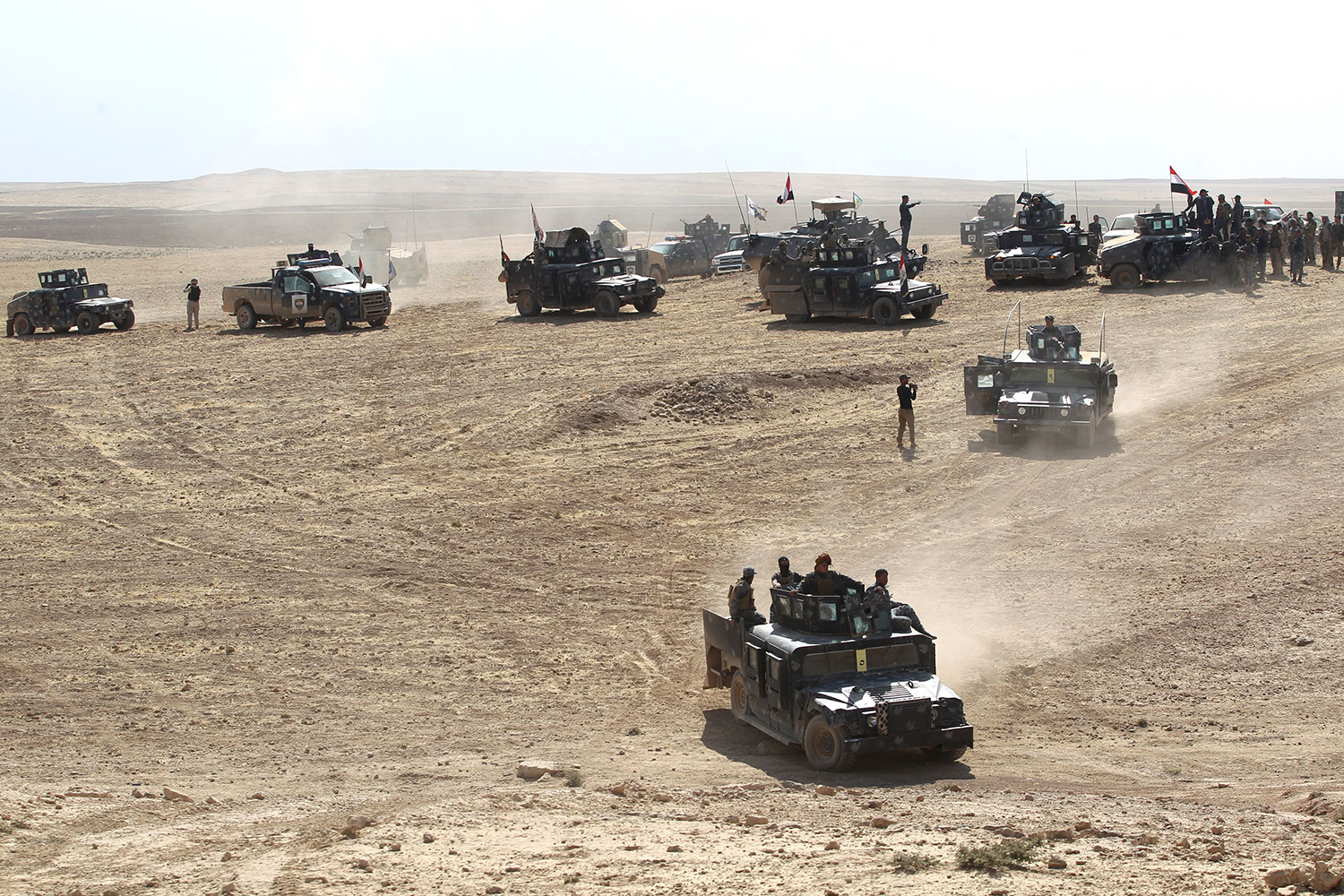 "TOPSHOT - Iraqi forces deploy in the Bajwaniyah village, about 30 kms south of Mosul, on October 18, 2016 after they liberated the village from Islamic State (IS) group jihadists. Tens of thousands of Iraqi forces were making gains on the Islamic State group in Mosul in an offensive US President Barack Obama warned would be a ""difficult fight"". / AFP PHOTO / AHMAD AL-RUBAYE / TT / kod 444"