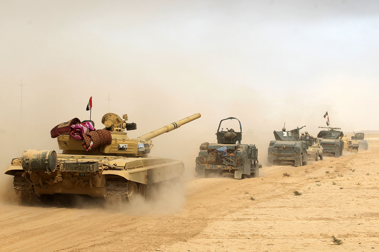 TOPSHOT - Iraqi forces deploy on October 17, 2016 in the area of al-Shurah, some 45 kms south of Mosul, as they advance towards the city to retake it from the Islamic State (IS) group jihadists. Some 30,000 federal forces are leading the offensive, backed by air and ground support from a 60-nation US-led coalition, in what is expected to be a long and difficult assault on IS's last major Iraqi stronghold. / AFP PHOTO / AHMAD AL-RUBAYE / TT / kod 444
