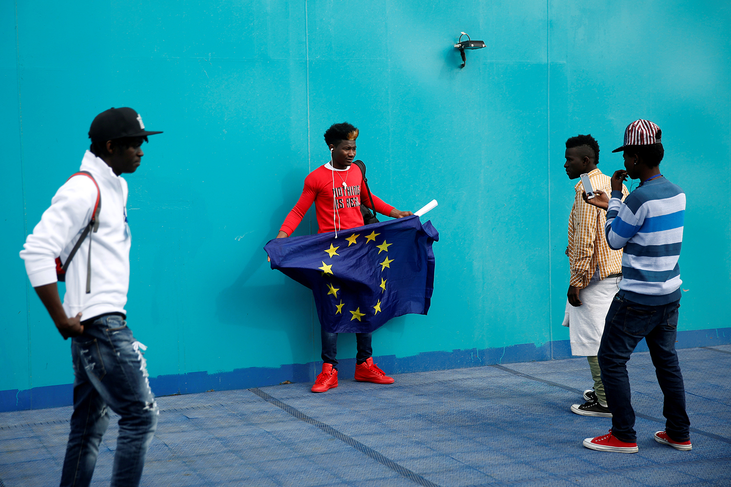 CEUTA 2017-02-23 An African migrant holds a European Union flag on board a ferry to Algeciras after having awaited in CETI, the short-stay immigrant centre in Spain's north African enclave of Ceuta to be transferred to mainland Spain, February 23, 2017. REUTERS/Juan Medina TPX IMAGES OF THE DAY Photo: / REUTERS / TT / kod 72000