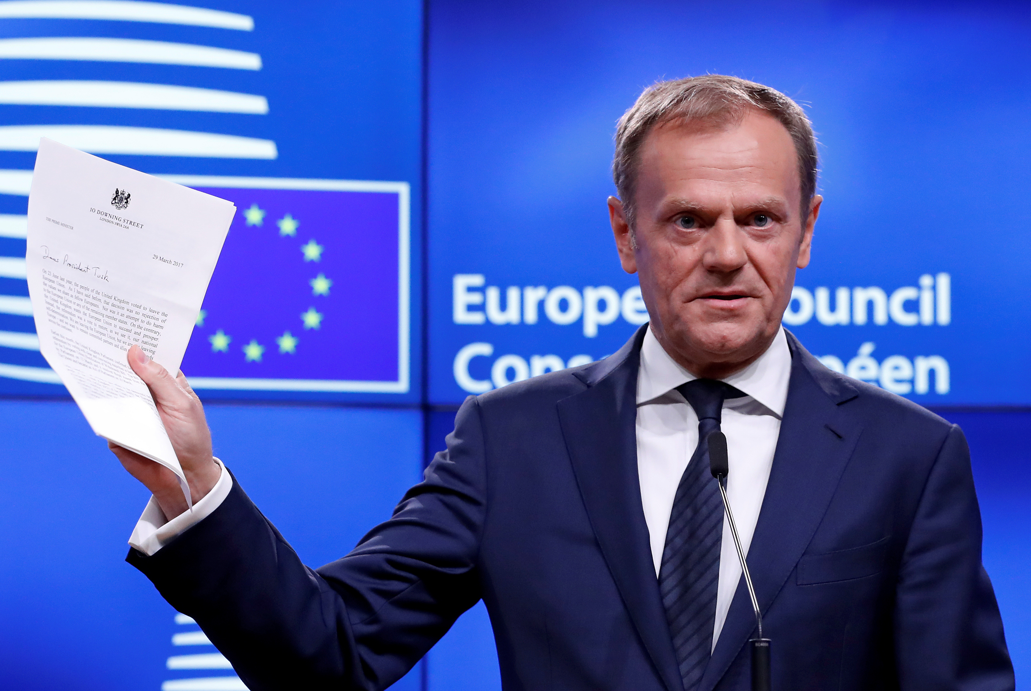 BRUSSELS 2017-03-29 European Council President Donald Tusk shows British Prime Minister Theresa May's Brexit letter in notice of the UK's intention to leave the bloc under Article 50 of the EU's Lisbon Treaty, at the end of a news conference in Brussels, Belgium March 29, 2017. REUTERS/Yves Herman TPX IMAGES OF THE DAY Photo: / REUTERS / TT / kod 72000