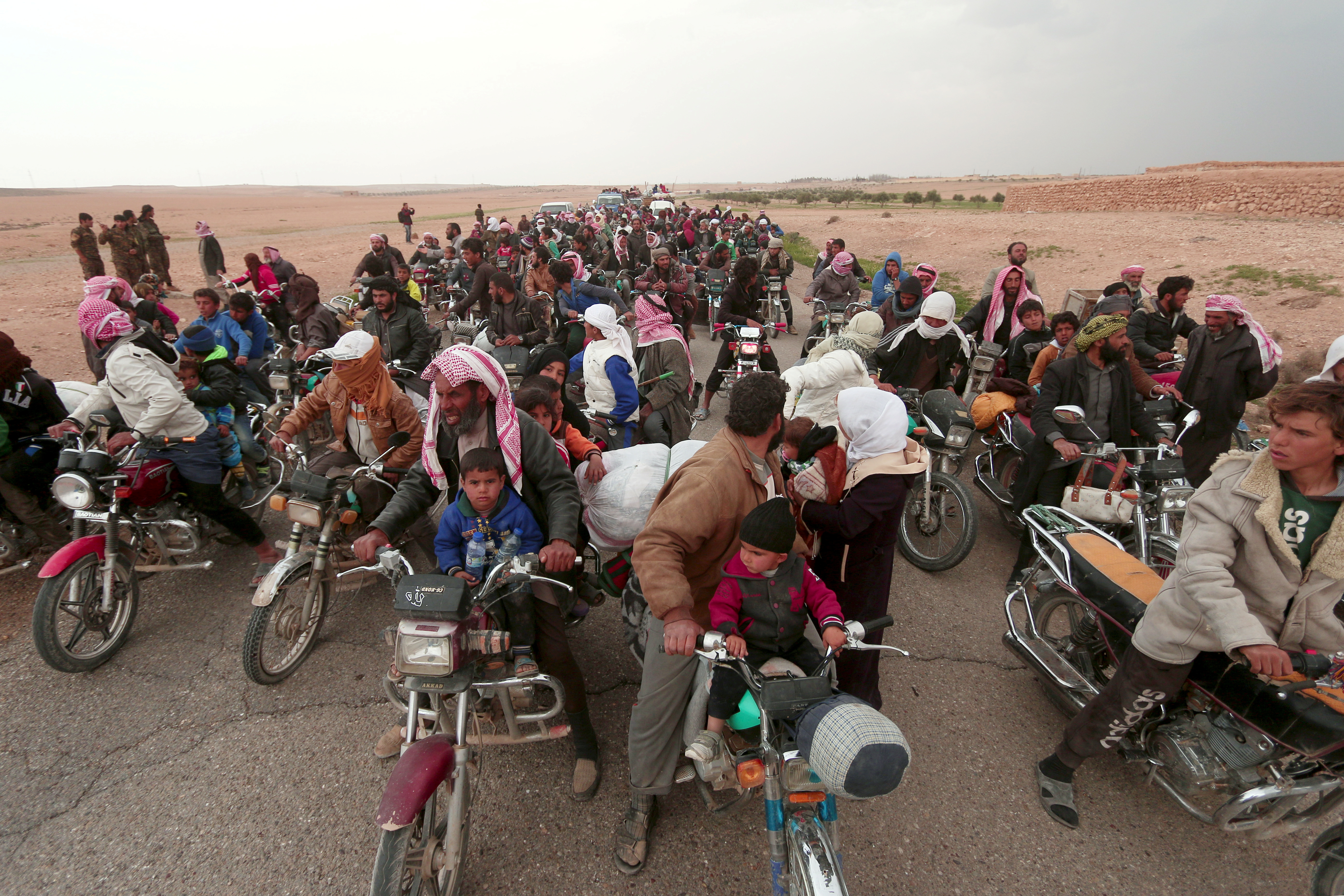 RAQQA 2017-03-30 People fleeing from areas surrounding Euphrates River dam, east of Raqqa city, ride their motorcycles towards Syrian Democratic Forces (SDF) controlled areas, Syria March 30, 2017. REUTERS/Rodi Said TPX IMAGES OF THE DAY Photo: / REUTERS / TT / kod 72000