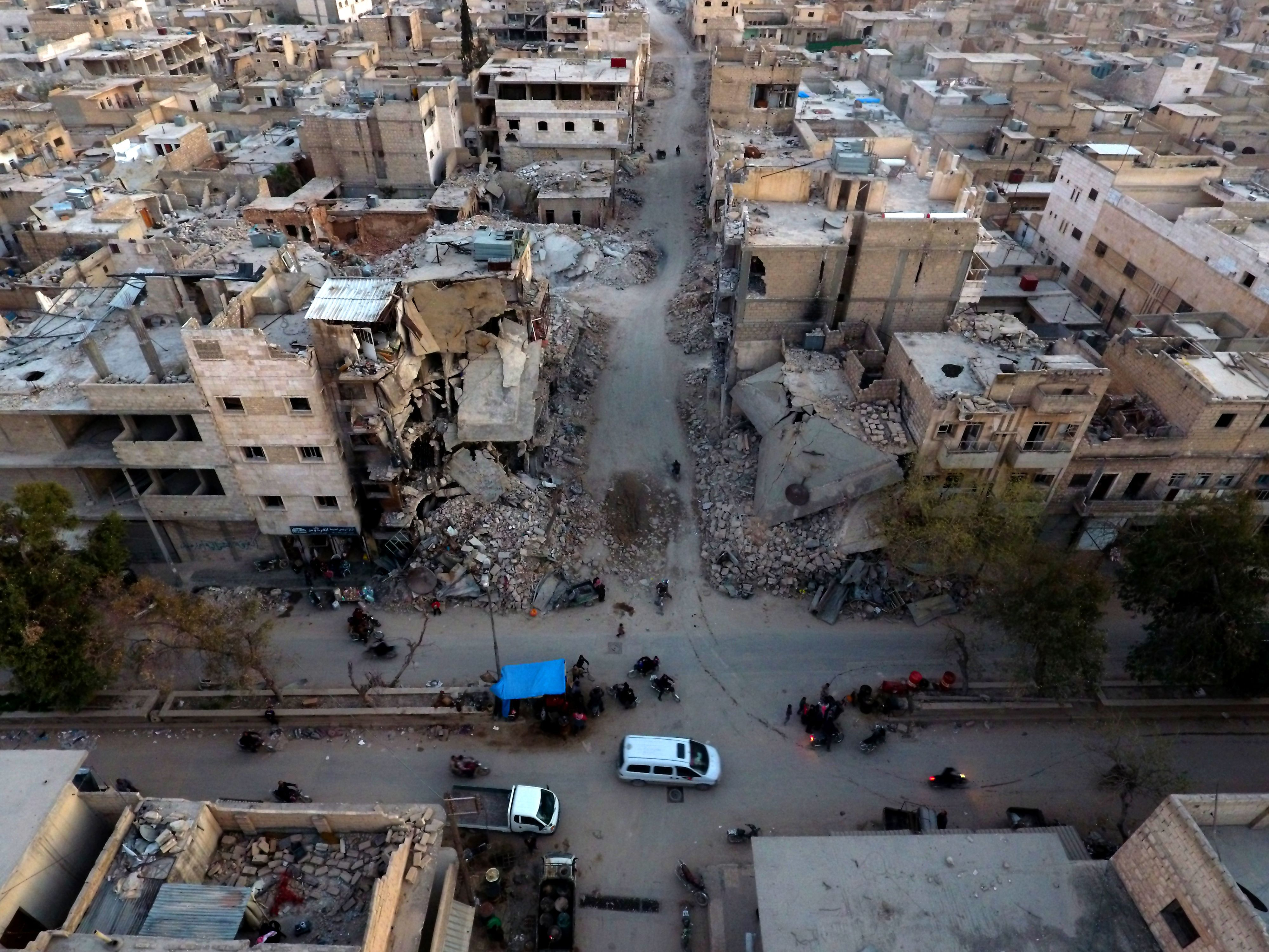 TOPSHOT - An aerial view shows destruction in al-Bab on March 29, 2017 a month after Turkish-backed rebels recaptured the northern Syrian town from Islamic State (IS) group fighters. Turkey on March 29, 2017 announced its military campaign inside northern Syria was over, without specifying whether it will pull its troops out from the neighbouring country / AFP PHOTO / Zein Al RIFAI / TT / kod 444
