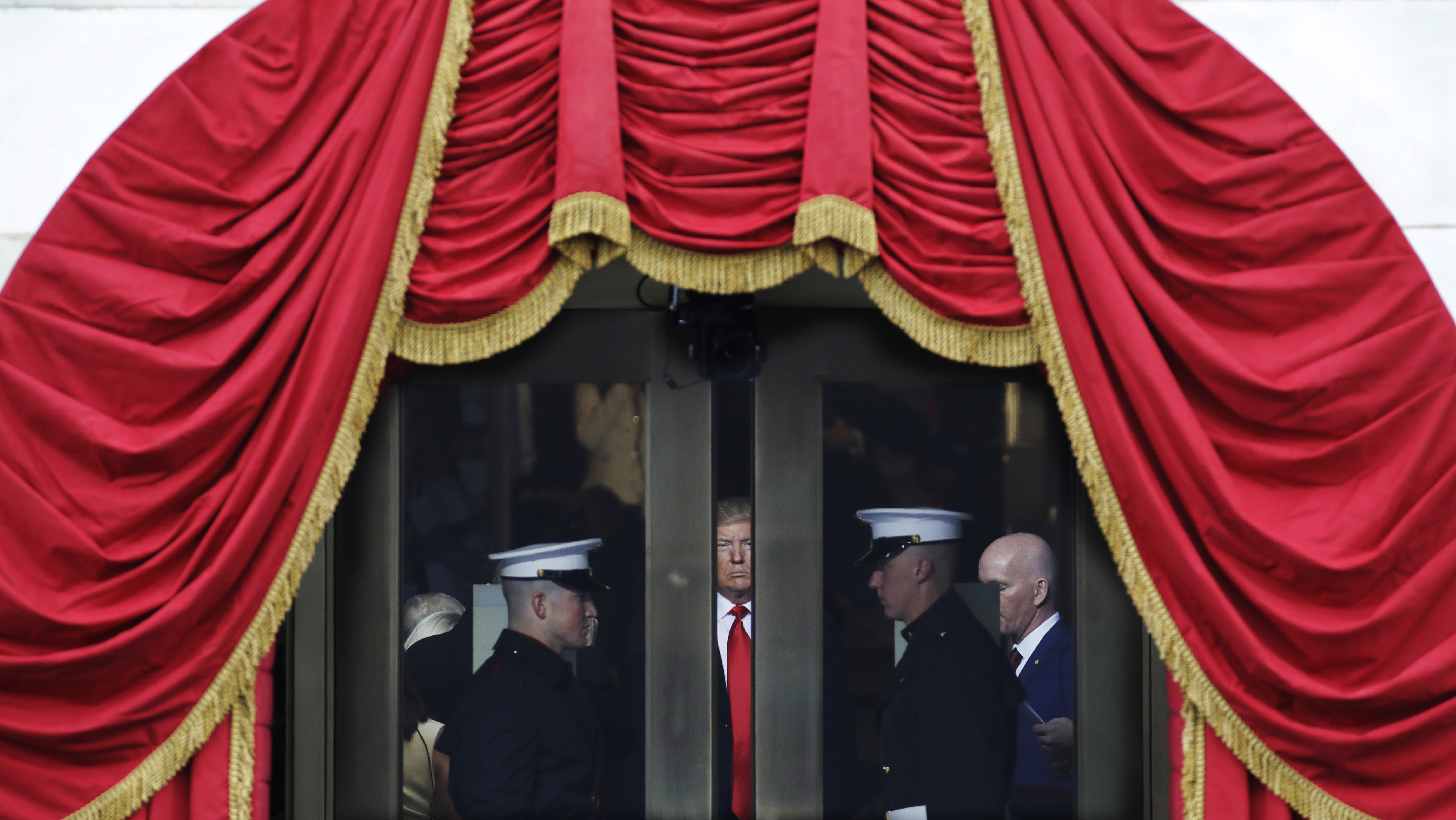 foto : patrick semansky : president-elect donald trump waits to step out onto the portico for his presidential inauguration at the u.s. capitol in washington, friday, jan. 20, 2017. (ap photo/patrick semansky)