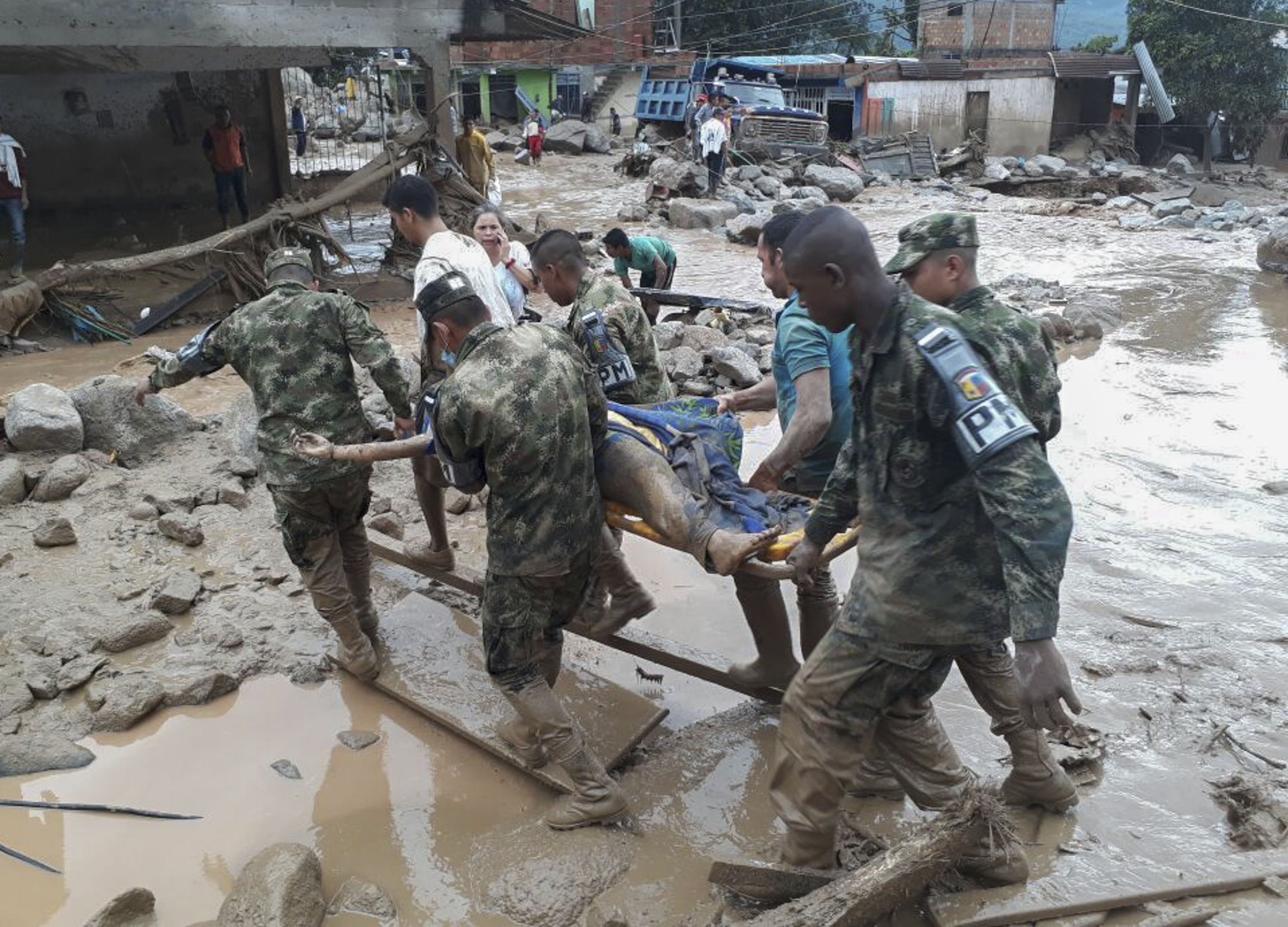 TOPSHOT - Handout picture released by the Colombian Army press office showing soldiers carrying a corpse following mudslides caused by heavy rains, in Mocoa, Putumayo department, on April 1, 2017. Mudslides in southern Colombia -caused by the rise of the Mocoa River and three tributaries- have claimed at least 16 lives and injured some 65 people following recent torrential rains, the authorities said. / AFP PHOTO / EJERCITO DE COLOMBIA / HO / RESTRICTED TO EDITORIAL USE - MANDATORY CREDIT AFP PHOTO / EJERCITO DE COLOMBIA - NO MARKETING - NO ADVERTISING CAMPAIGNS - DISTRIBUTED AS A SERVICE TO CLIENTS / TT / kod 444