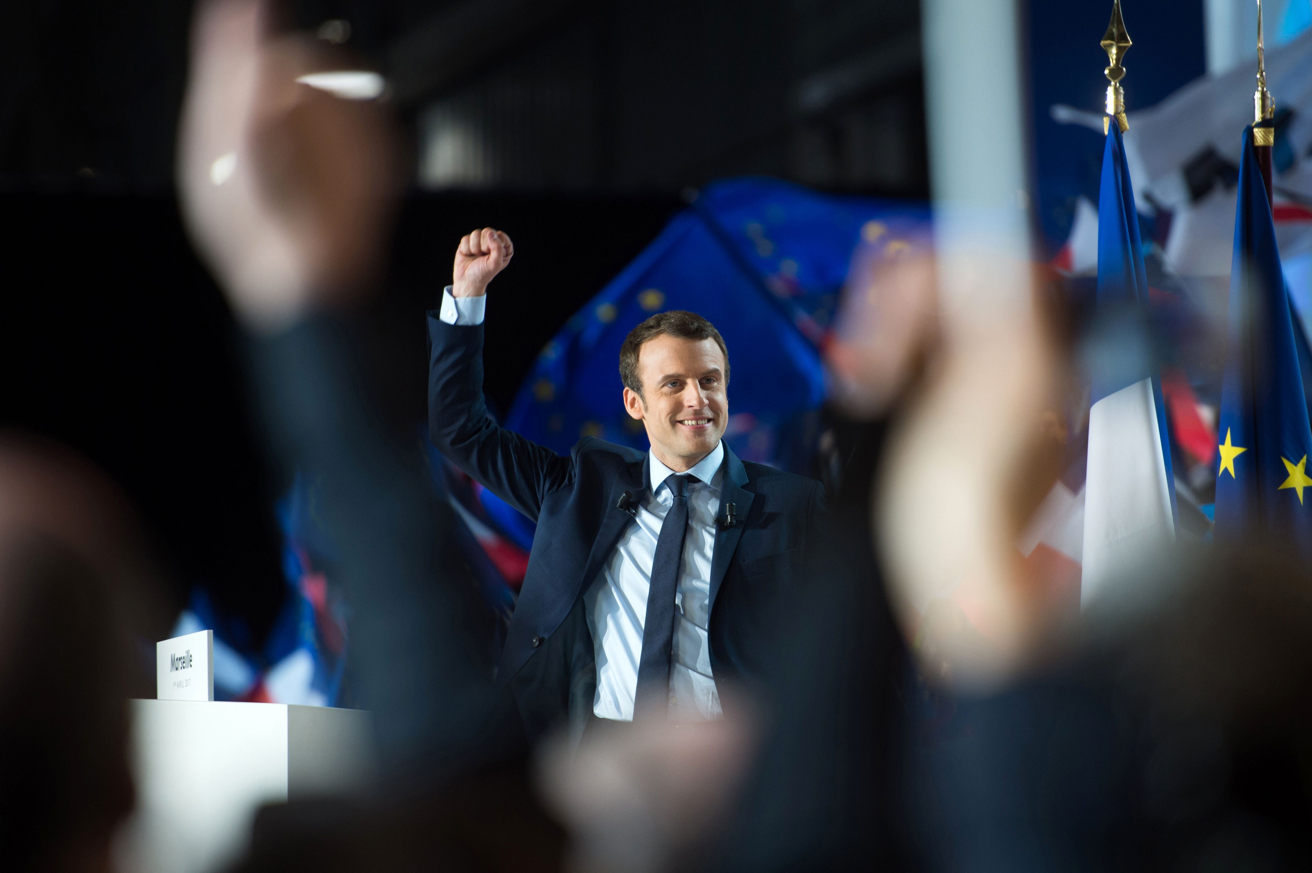 TOPSHOT - French presidential election candidate for the En Marche ! movement Emmanuel Macron raises his fist in the air during a campaign meeting in Marseille, southern France, on April 1, 2017. / AFP PHOTO / BERTRAND LANGLOIS / TT / kod 444