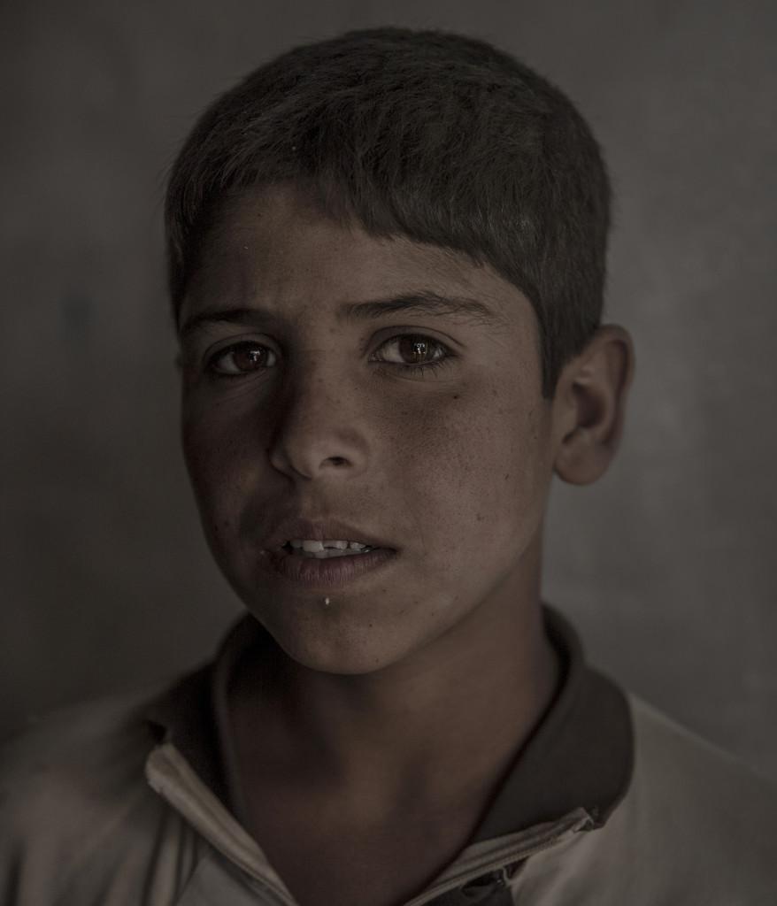 foto : magnus wennman : irak. fronten mot is. i bergen utanfšr mosul har kurdiska styrkorna, persmerga sin frontlinje mot is. 12 mŠn, kvinnor och barn som lyckats fly frŒn en is kontrollerad by har tagit sig genom šknen och sškt skydd hos de kurdiska styrkorna. de fšrhšrs och kontrolleras noga innan de fšrs vidare pŒ et lasbilsflak mot ytterligare fšrhšr och senare till flyktinglŠger.