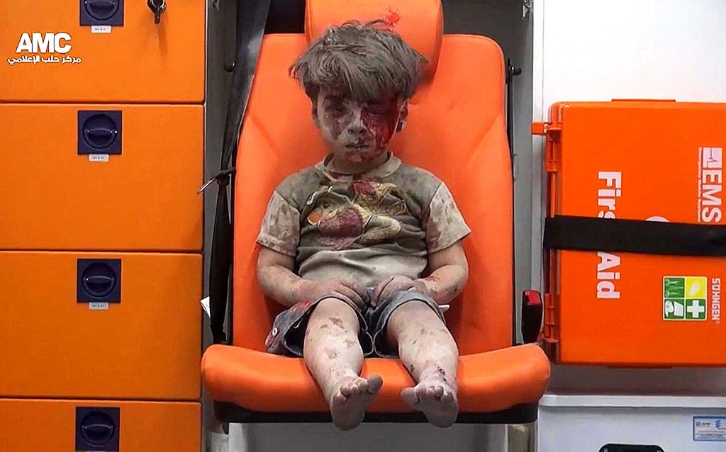 foto : ap : in this frame grab taken from video provided by the syrian anti-government activist group aleppo media center (amc), a child sits in an ambulance after being pulled out or a building hit by an airstirke, in aleppo, syria, wednesday, aug. 17, 2016. syrian opposition activists reported an airstrikes on the al-qaterji neighborhood in aleppo late wednesday. (aleppo media center via ap)