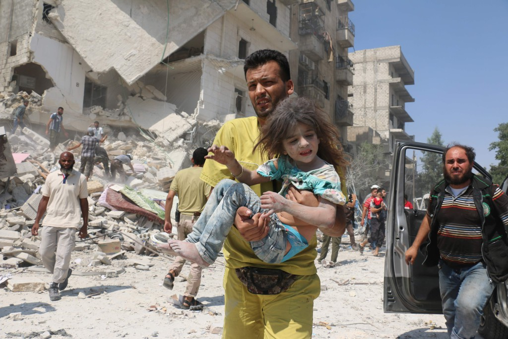 foto : ameer alhalbi : editors note: graphic content / a syrian man carries a wounded child in the maadi district of eastern aleppo after regime aircrafts reportedly dropped explosive-packed barrel bombs on august 27, 2016.            at least 15 civilians were reported killed when two bombs fell several minutes apart, near a tent where people were receiving condolences for those killed this week.       / afp photo / ameer alhalbi / tt / kod 444