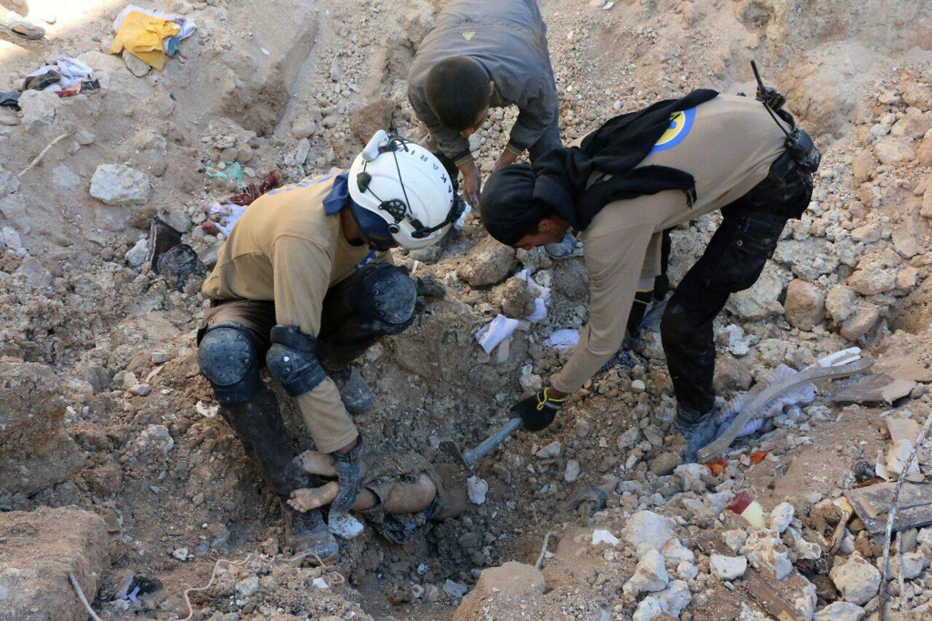 foto : uncredited : in this photo provided by the syrian civil defense group known as the white helmets, shows members of civil defense removing a dead body from under the rubble after airstrikes hit in aleppo, syria, saturday, sept. 24, 2016. syrian government forces captured a rebel-held area on the edge of aleppo on saturday, tightening their siege on opposition-held neighborhoods in the northern city as an ongoing wave of airstrikes destroyed more buildings. (syrian civil defense white helmets via ap)