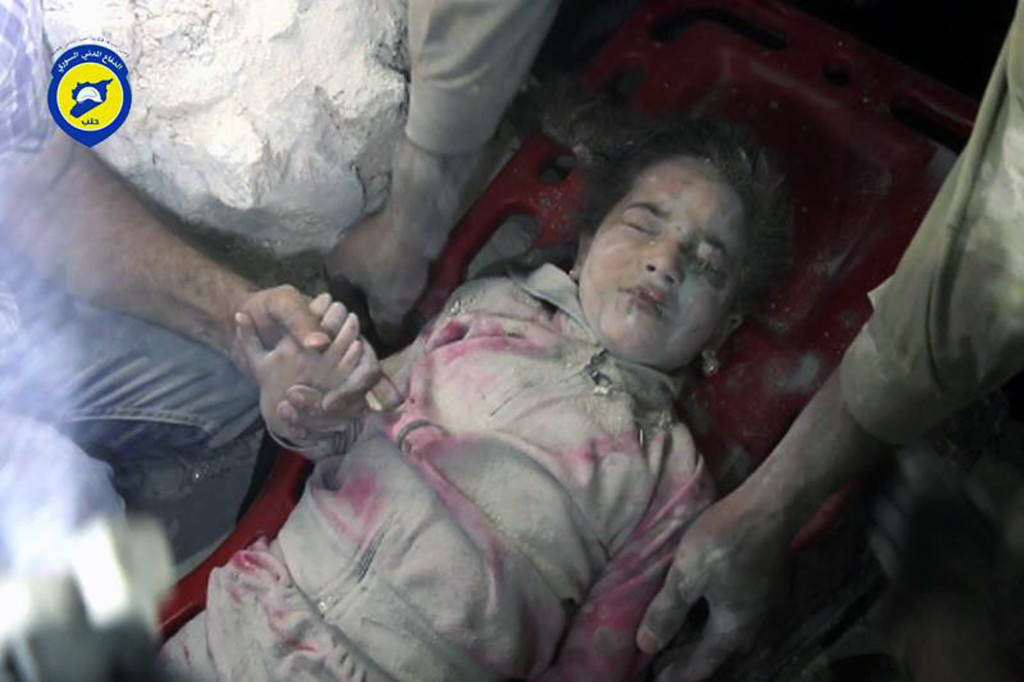 foto : uncredited : in this wednesday, sept. 28, 2016, photo provided by the syrian civil defense group known as the white helmets, shows survived child ghazal akhtarini, carried by civil defense workers from under the rubles after airstrikes hit al-shaar neighborhood in aleppo, syria. nearly 100 children were killed in a single week in aleppo as syrian and russian warplanes sought to bombard into submission the rebel eastern districts of the city that have held out against syrian government forces for five years. without hope for the future, no regular schooling and little access to nutritious food, the children of aleppo and their parents struggle to survive and fear the threat an imminent ground offensive. (syrian civil defense white helmets via ap)