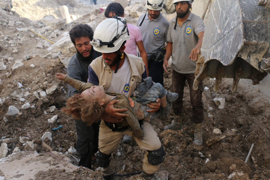 foto : ameer alhalbi : topshot - a syrian civil defence volunteer, known as the white helmets, holds the body of a child after he was pulled from the rubble following a government forces air strike on the rebel-held neighbourhood of karm homad in the northern city of aleppo, on october 4, 2016. syrian regime forces advanced against rebels during intense street battles in the heart of aleppo, after the united states abandoned talks with russia aimed at reviving a ceasefire deal.  / afp photo / ameer alhalbi