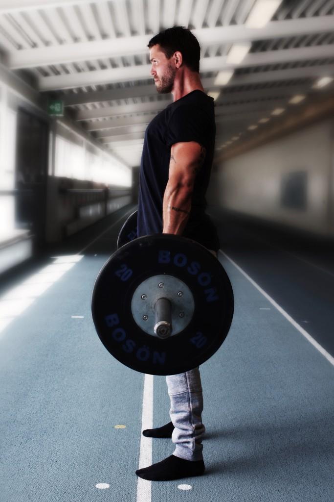 Sträck ut knäna och höften för att nå fullt utsträckt toppläge. Behåll ryggen rak och bålen spänd genom hela övningens utförande.