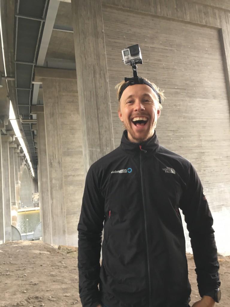 """Tommy Ludvigsson och jag fick sannerligen smaka på lika stora delar mjölksyra som skrattanfall under inspelningen av """"parträning"""". Här är stjärnan med en Go Pro-kamera fäst på huvudet."""