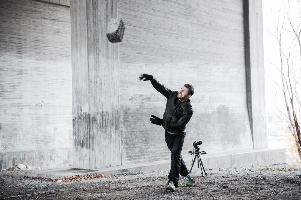 """Under tv-inspelningen höll jag och fotograf Anna Tärnhuvud temperaturen uppe genom en klassisk """"stenkastartävling"""". Game on."""