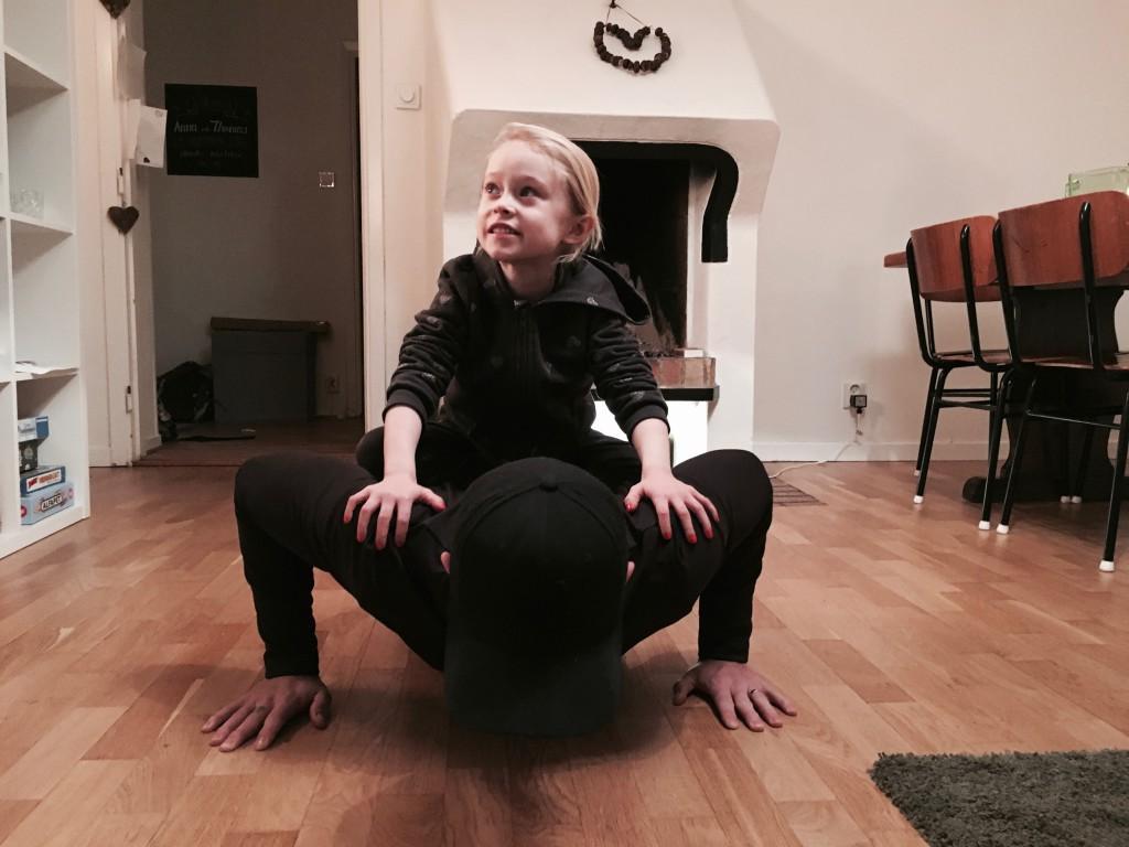 Armhävningar med en sexåring på ryggen blir tungt - jag lovar.