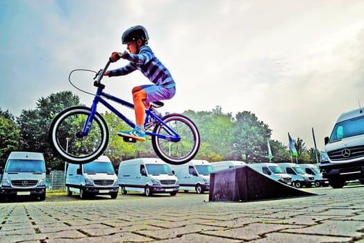 Kombinera kvalitétstid och motion genom att låta ditt barn cykla bredvid dig då du joggar eller promenerar.