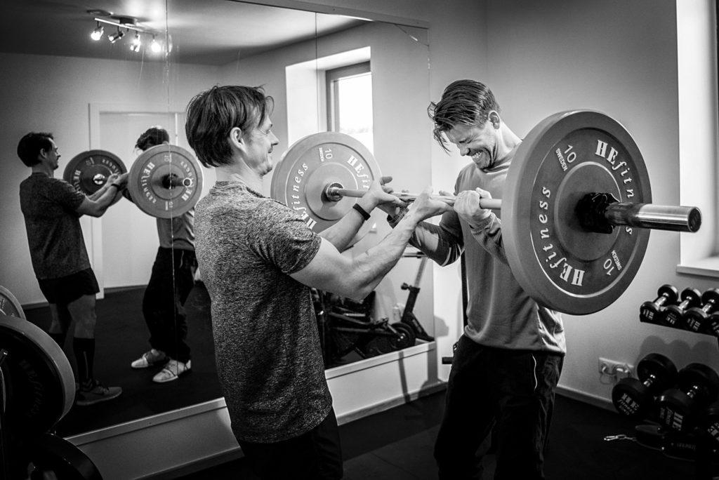 Studier visar att du kan träna hela 18 % hårdare med en träningspartner vid din sida.
