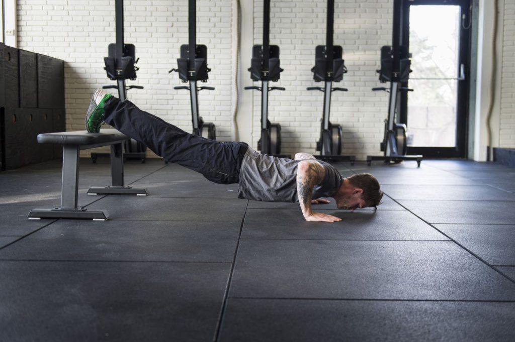 Om 75 armhävningar x 3 upplevs som lite för enkelt, testa att höja upp fötterna på en bänk för att hitta en passande ansträningsnivå just för dig.