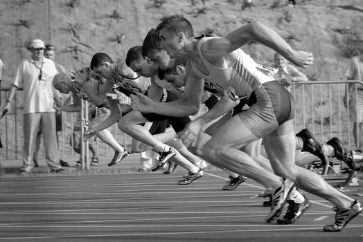 De facto att män ofta presterar med mer styrka än kvinnor bottnar vanligtvis i något så simpelt som att deras kroppar tränats upp till större mängder muskelmassa och vikt.
