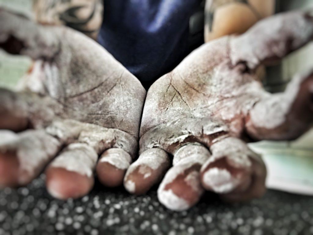 """Magnesiumklädda händer blir en allt vanligare syn i många gym. Men vilken funktion fyller egentligen detta """"vita damm""""?"""