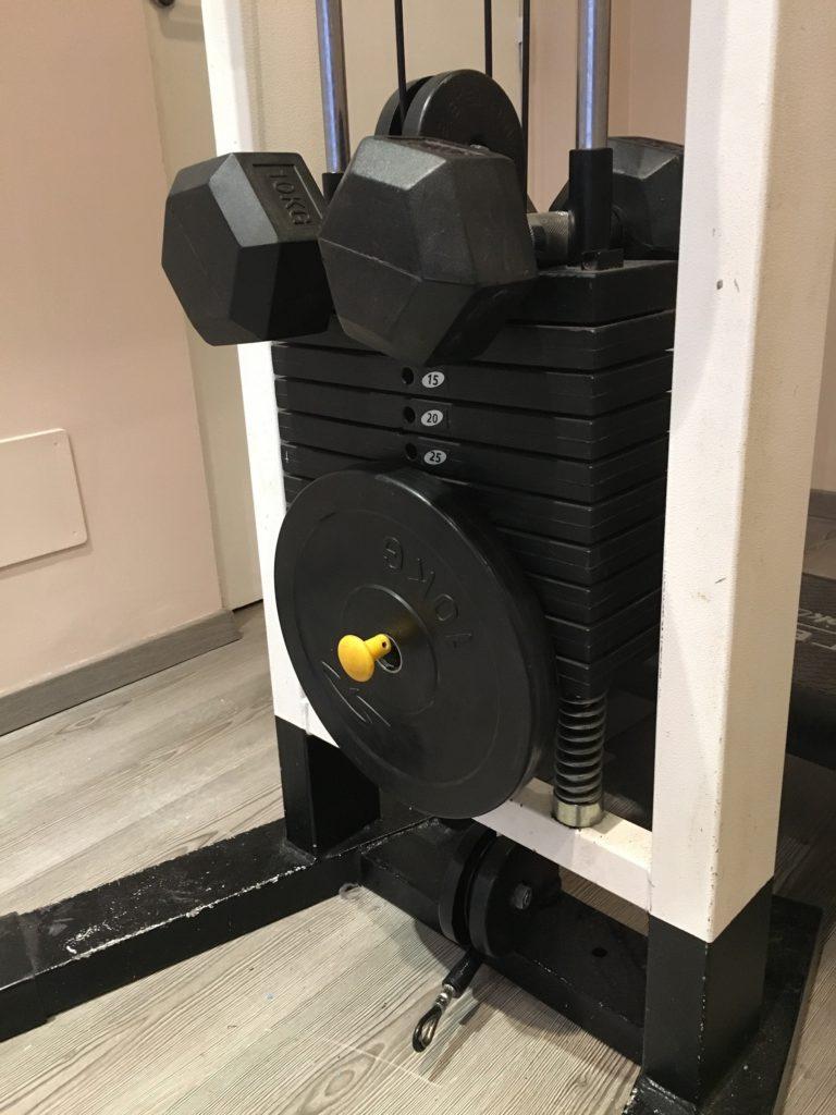 Om gymmet inte har tillräckligt med vikter eller lusten tryter, skippa vikterna och fokusera istället på kroppsviktsövningar och ökade intenstitetsnivåer.